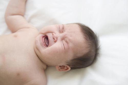 寝ぐずり、夜泣きもその子の個性!悩むママへのメッセージのタイトル画像