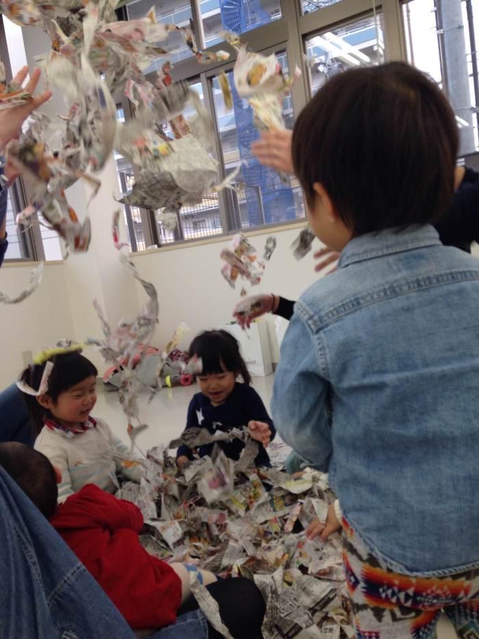 子育てサークルのママのおすすめ♡新聞紙プールはやっぱり盛り上がる!の画像3