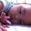 【産後月例ごと】赤ちゃんの手や指の発達、遊びのポイントのタイトル画像