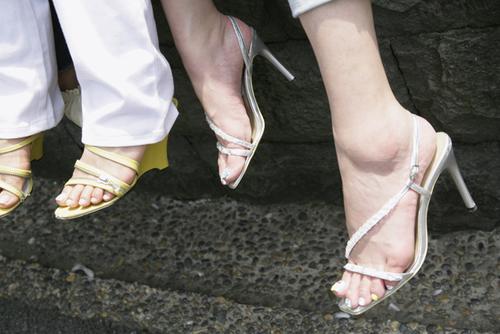夏のママファッションに取り入れやすい!足元はシルバー&ゴールドの靴がおススメ!のタイトル画像