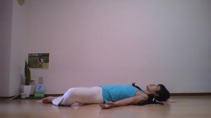 憂鬱な気持ちを払う!寝る前におすすめのヨガポーズの画像1
