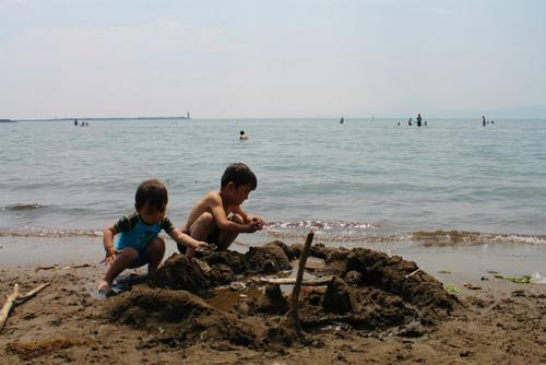 小さな子の海遊びデビューは「砂浜遊び」がオススメ!のタイトル画像