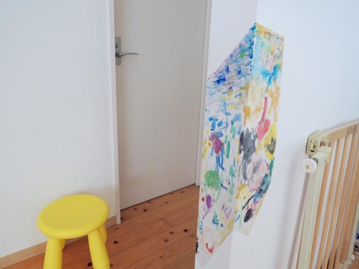 ボロボロになった壁紙が家族の思い出に変身!破れた壁紙をキャンパスに「子どもの絵」で修復してみたの画像3