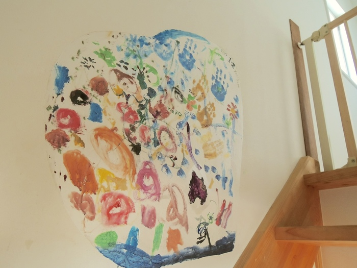 ボロボロになった壁紙が家族の思い出に変身!破れた壁紙をキャンパスに「子どもの絵」で修復してみたの画像4