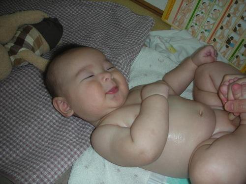 赤ちゃんにだけじゃない!ベビーマッサージがもたらす効果とは?のタイトル画像