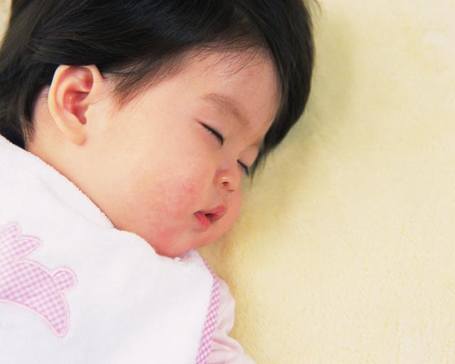 眠ったと思ったら起きちゃう!赤ちゃんの寝ぐずり「背中スイッチ」攻略法とは?の画像2