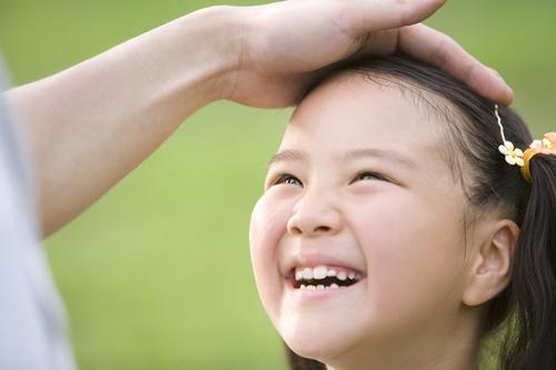 褒めるだけだと逆効果になることも?子どもを伸ばす褒め方・ダメにする褒め方のタイトル画像