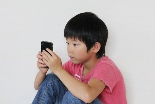 子どもが絵本の上でスワイプ?!スマホやTVが子どもに与える影響のタイトル画像