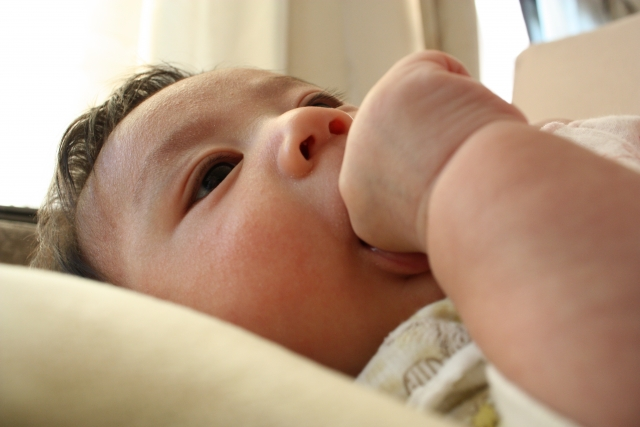 赤ちゃんの指しゃぶりはいつからいつまで?治らない原因は?防止方法まとめの画像1