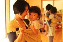 安心感を生む、機能的抱っこ紐「スリング」の使い方とメリットのタイトル画像