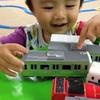 「電車は動く物じゃない、並べる物だ」思わず笑ってしまう子どもの遊び4つのタイトル画像