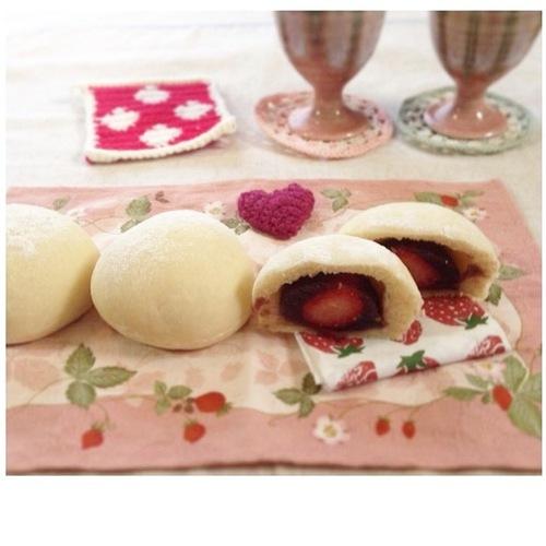 いちご×パン×大福!?モチ粉入りでもちもち食感が新しい♡いちご大福パンのタイトル画像
