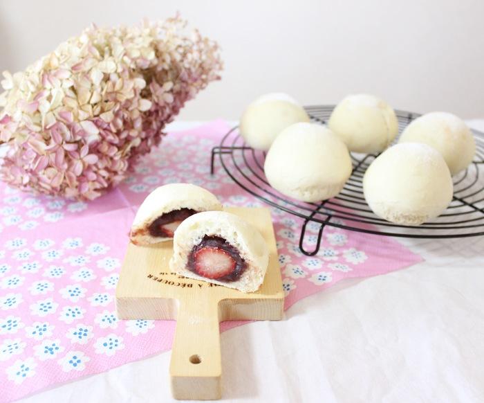 いちご×パン×大福!?モチ粉入りでもちもち食感が新しい♡いちご大福パンの画像1