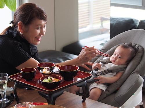 赤ちゃんと一緒に食卓を♡お食い初めにはハイチェアにもなるバウンサーがオススメ!の画像9