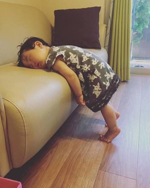 こんなところで爆睡!?「#電池切れっ子」がたまらん可愛さ♡のタイトル画像