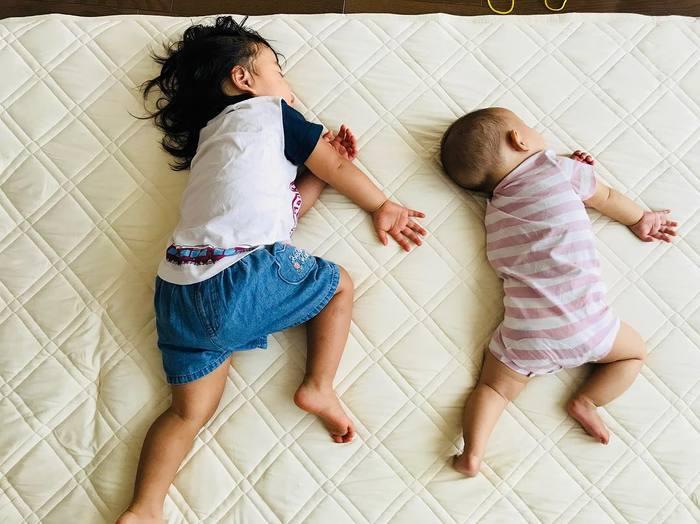 なんで同じポーズで寝てるの!?子どもの「#寝相リンク」が可愛い♡の画像5