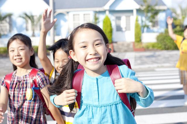 ヒヤヒヤ!小1娘の下校風景をこっそりのぞいてみたの画像1